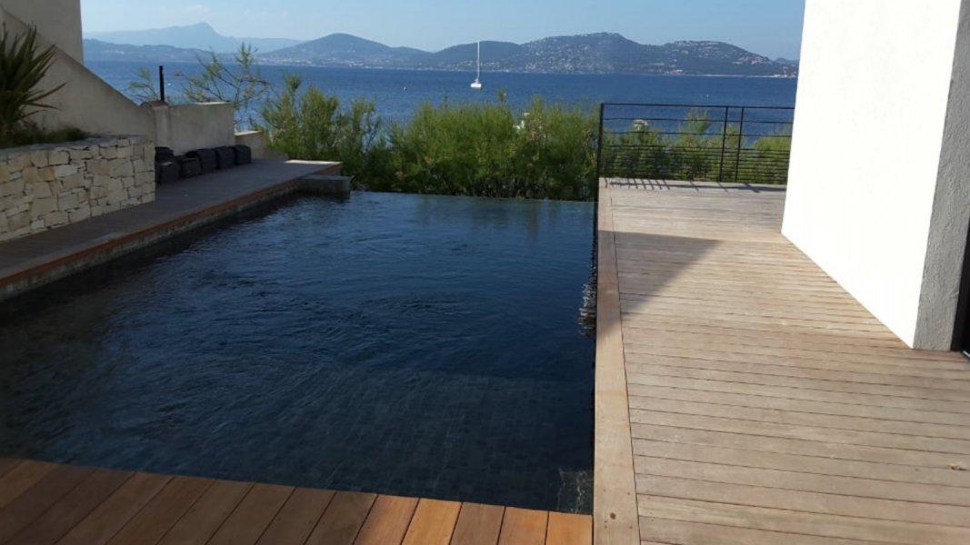 Rénovation d'une piscine avec vue sur mer